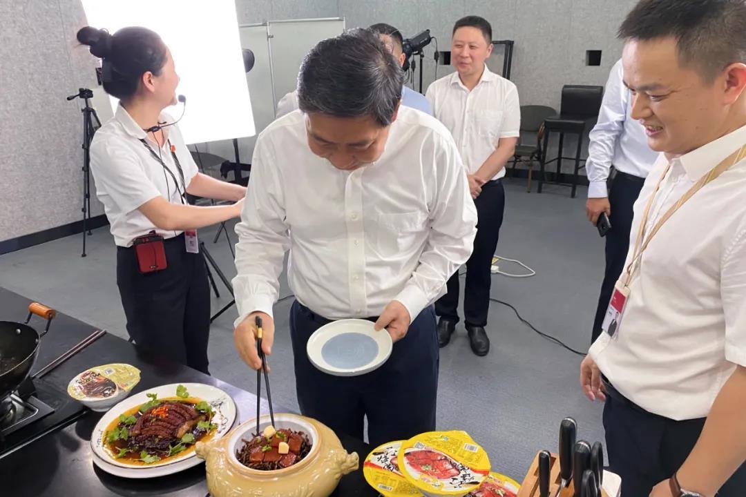 司法部副部长熊选国率国务院农民工工作督察组莅临聪厨食品督查指导工作